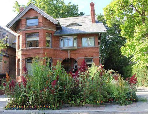 <p>La casa, que se encuentra situada en el prestigioso barrio The Annex, en Toronto, ha conservado su exterior intacto. Alrededor de ella, la decoradora ha creado un oasis con coloridos jardines.</p>
