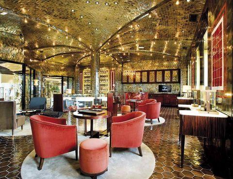 <p>Complications Bar es un espacio único dentro de la nueva tienda de relojes Franck Muller que reúne jazz, <i>art deco</i> y gastronomía informal <i>deluxe</i> (Jardín de Serrano, Goya, 6, Madrid, tel. 915 78 39 12).</p>
