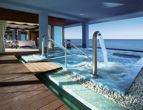 """<p>Son un paraíso del descanso y disfrute, por lo que no es de extrañar que en las islas Canarias se encuentren algunos de los mejores spas y centros termales del país.</p><p>Uno de ellos te espera en el <a href=""""http://www.botanico.com"""" target=""""_blank"""">hotel Botánico,</a> en Puerto de la Cruz (Tenerife). Entre jardines, fuentes y pagodas puedes relajarte con rituales como el Japonés, que incluye un masaje de toallas calientes, peeling con polvo de arroz y flor de cerezo, y un masaje con aceite de flor de loto. O, específico para mujeres, la Rosaterapia, que usa el cuarzo rosa para relajar los músculos de cara y cuerpo, y el poder suavizante de las rosas de Bulgaria, Damasco y Mosqueta (120 euros).</p><p>También en Tenerife podrás disfrutar del impresionante spa del <a href=""""http://www.ritzcarlton.com/en/Properties/Abama/Default.htm"""" target=""""_blank"""">The Ritz-Carlton, Abama,</a> en Guía de Isora. Además de piscinas y saunas, cuenta con una original cabina de nieve artificial y para terminar de relajarse, con un tepidarium al estilo romano, con tumbonas calientes de cerámica. </p><p>Si quieres combinar relax con deporte, en el Corallium <a href=""""http://www.lopesan.com"""" target=""""_blank"""">Lopesan Villa del Conde</a><a href=""""http://www.lopesan.com"""" target=""""_blank"""">,</a> en Gran Canaria, puedes descubrir los beneficios del quirogolf –un masaje con pelotas de golf (65 euros)– y los del tantem –un masaje simultáneo de pies y cabeza (120 euros)– o sumergirte en un Baño Oceánico, con exfoliación de sales marinas (35 euros).</p><p>En esta misma isla, prueba las propiedades del arroz rojo al jazmín sobre tu piel (115 euros) en el Siam Spa del Hotel Bohemia, situado en la Playa del Inglés. Comprobarás por qué el polvo dorado de Tanaka es tan apreciado por las tailandesas para embellecer su piel (110 euros).</p>"""