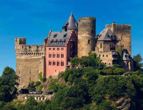"""<p>Otro lugar declarado Patrimonio de la Humanidad por la UNESCO es la ciudad medieval de Oberwesel, a orillas de la garganta del río Rin. Allí se encuentra un hotel de los de escudo y espada, el <a href=""""http://www.hotel-schoenburg.com/"""" target=""""_blank""""><strong>Auf Schönburg</strong></a>. Este castillo, que data del año 911 y que a pesar de estar en ruinas durante un periodo de 200 años no ha perdido su encanto, fue restaurado por la familia alemana Hült en 1957 para transformarlo en lo que es hoy. Todas las estancias mantienen la esencia de sus orígenes incorporando los lujos más actuales, y las noches allí son un viaje al pasado del medievo.</p>"""
