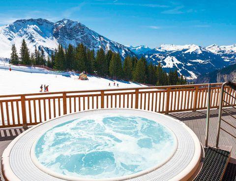 """<p>En la estación alpina de Avoriaz no entran los coches.</p><p>Hay más de 650 pistas para esquiar, así que no dudes en alojarte durante una semana con tu familia o amigos en este complejo de lujo (a partir de 1.197 euros para cuatro personas). Si lo necesitas te ofrecen en clases de esquí o snowboard, así como excelentes ofertas para alquilar material y para los remontes.</p><p>Los que no practiquen el deporte blanco pueden acceder durante 6 días al centro acuático tropical Aquariaz, patinar sobre hielo, acudir a la zona fitness y beneficiarse del balneario, sauna, baño turco o jacuzzi. Todo, por 75 euros.</p><p><a href=""""http://www.pv-holidays.com"""" target=""""_blank"""">P&amp&#x3B;V L'Amara.</a> Quartier l'Amara. Morzine (Francia).&nbsp&#x3B;Tél.&nbsp&#x3B;900 90 13 55.</p>"""
