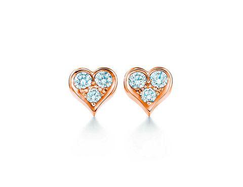 <p>Pendientes en forma de corazón de oro rosa con diamantes (2,400 €).</p>