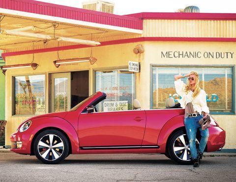 <p>Lo último de Volkswagen llegará en primavera, pero, como son ustedes magos, aprovechamos para pedirlo ya. Nos encanta su aire vintage y su capota de lona. Aún no tiene precio, aunque el modelo básico les costará en torno a los 23.000 €. Eviten la tentación y no vengan conduciéndolo desde Oriente, el rodaje ya lo hacemos nosotros. Gracias.</p>