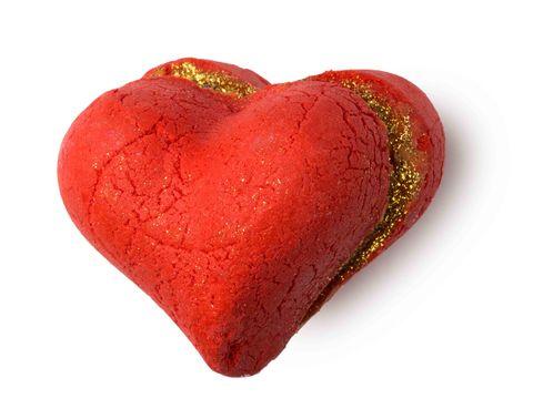 """<p>Es un clásico, pero nos encanta el típico baño de espuma en pareja para celebrar el amor ¡cualquier día! Si quieres sorprenderle con algo realmente especial, añade cualquier de las bombas o barras de burbujas de la edición limitada de Lush para San Valentín. Heart Throb, Lonely Heart, Unicorn Horn… llenarán tu bañera de burbujas, color y apasionados aromas. <a href=""""http://www.lush.es"""" target=""""_blank"""">lush.es</a>&nbsp;</p><p>&nbsp;</p>"""