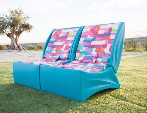 <p>El sofá <i>Arianne Garden</i>, de Fama, desde 475 €/cu,se cierra para proteger la colchoneta y puede utilizarse de mesa.&nbsp&#x3B;</p>