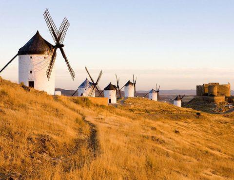 """<p>Concretamente en Toledo, hay un pequeño pueblo llamado <a href=""""http://www.consuegra.es/"""" target=""""_blank""""><strong>Consuegra</strong></a>, en el que parece que se hubiera basado Miguel de Cervantes para escribir el famoso episodio de los molinos de viento que vive uno de los personajes más célebres de nuestra literatura, Don Quijote de la Mancha. Descubre la historia de estos gigantes y del castillo que """"custodian"""" y disfruta de las actividades teatralizadas con las que disfrutar de divertidas historias.</p>"""