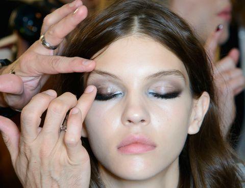 <p>Una vez hecho el delineado, aplica con el dedo una sombra en crema para un acabado 'wet'.</p>