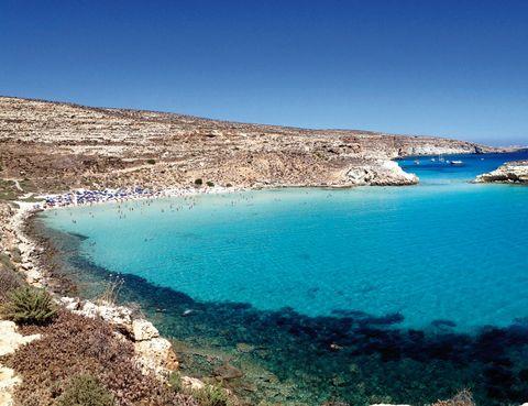 <p>El Mediterráneo alcanza el tercer puesto con este maravilloso arenal de la isla de Lampedusa. El lugar se llama Isola dei Conigli, y presume de unas aguas transparentes que invitan al chapuzón.</p>