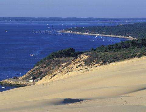 <p>En la localidad francesa de Arcachon podemos encontrar este espectaculo de la naturaleza: la duna más alta de Europa con más de 100 metros de altura. A un lado encontramos el océano Atlántico y al otro kilómetros de frondoso bosque verde hasta donde alcanza la vista. La subida es algo difícil, pero hay unas escaleras que lo hacen más fácil. Aún así, merece la pena.</p><p>&nbsp;</p>