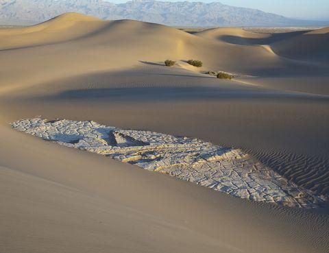 <p>Las dunas de arena Mesquite Flat se encuentran en el Parque Nacional del Valle de la Muerte, en California. Son las más conocidas de esta zona y sus puestas de sol son algo digno de ver. En ellas se han rodado escenas de películas como 'Star Wars'.</p><p>&nbsp;</p>