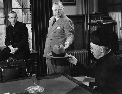 """<p>""""Siguiendo mi camino"""" (1944) ganó siete Oscar, entre ellos, el de mejor actor para Bing Crosby y el de mejor canción por 'Swinging on a Star', que él interpretaba al piano rodeado de jóvenes feligreses de diferentes razas. El guión cuenta la típica historia de un sacerdote joven que tiene que 'enfrentarse' a las costumbres conservadoras del párroco y que al final se acaba ganándose a toda la parroquia. La canción acabó convirtiéndose en la quintaesencia de la música de Crosby y volvió a vivir una segunda juventud en los noventa, cuando Bruce Willis y Danny Aiello la versionaron en el filme <a href=""""https://www.youtube.com/watch?v=D8KvM3vZo0w"""" target=""""_blank"""">""""El gran halcón"""".</a></p>"""