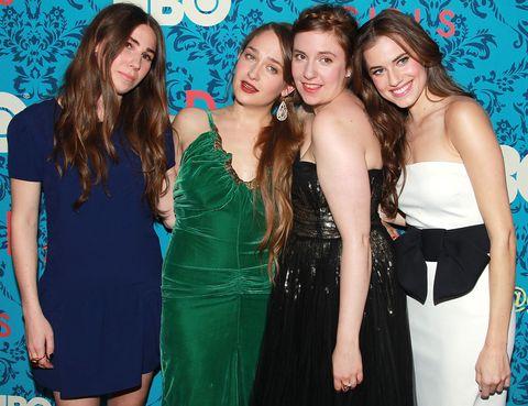 <p>Las vidas de estas 4 amigas que rodan los 20 años y que viven en Brooklyn es el argumento principal de esta comedia de HBO. Ya ha finalizado su primera temporada, y están preparando la segunda, con una audiencia de record: un millón de espectadores.</p>