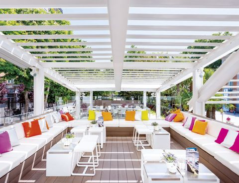 <p> Luminoso y colorista, este beach club urbano, con un vanguardista diseño en tres alturas, es el lugar perfecto para un tentempié antes de visitar el museo, para una cena ligera o para probar, al caer la tarde, su nueva propuesta, las Gin &amp; Cakes.<br /><strong>Museo Thyssen-Bornemisza, P.º del Prado, 8, tel. 914 29 39 84. Precio medio: 20 €.</strong></p>