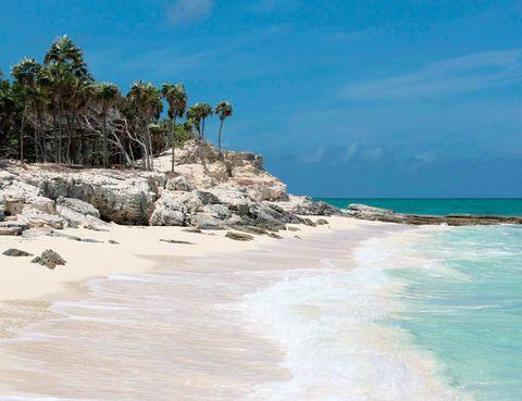 <p>Si te hablamos de las Islas Turcas y Caicos es probable que no sepas que se trata de un territorio británico ubicado en el Caribe. Sus playas son de infarto, como esta de Grace Bay.</p>