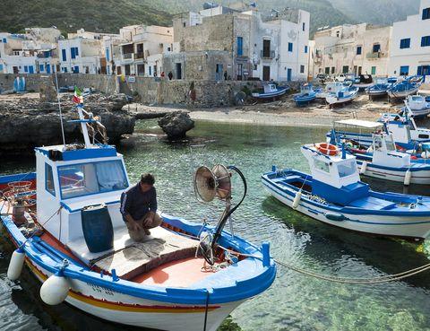 <p>La isla de <strong>Marettimo</strong> forma parte del archipiélago de las Islas Egadi, frente a la costa occidental siciliana. Esta pequeña isla, a la que se accede por barco desde Trapani, cuenta solamente con unos 300 habitantes. Un refugio perfecto para huir de todo y de todos en un ambiente mediterráneo y rico en flora y fauna que no encontrarás en ningún otro lugar. Un destino para perderse... literalmente. Lo remoto de Marettimo queda patente haciendo recuento del número de hoteles que alberga la isla: tan sólo uno.</p>
