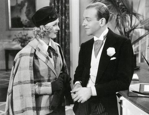 """<p>El Oscar a la Mejor Canción no es de los veteranos, solo existió desde la séptima edición de los premios. Y en la novena, el premio recayó en la canción estrella del filme """"En alas de la danza"""", una balada de Jerome Kern (el compositor de """"Smoke gets in your eyes"""") y Dorothy Fields que interpretaba al piano Fred Astaire para que le oyera, en la habitación de al lado, su sempiterna pareja de baile Ginger Rogers. Es una de las canciones de Oscar más versionadas: Frank Sinatra, Billie Holiday, Rod Stewart, Tony Bennett y Ella Fitzgerald han hecho sus propias interpretaciones, y más recientemente, Maroon 5 o Michael Bublé. En la gala de los Oscar de 2013, Charlize Theron y Channing Tatum <a href=""""https://www.youtube.com/watch?v=eIRHEiWRm1w"""" target=""""_blank"""">bailaron</a> el tema mientras el presentador, Seth McFarlane, lo cantaba.</p>"""