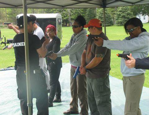 """<p>¿Alguna vez te has preguntado si serías capaz de sobrevivir a un apocalipsis zombie? ¿Cómo lo harías? ¿Qué te llevarías contigo? Para encontrar la respuesta sólo hay que dirigirse al sur del estado de Nueva Jersey. Allí podrás participar en un <a href=""""http://www.zombiesurvivalcourse.com/"""" target=""""_blank"""">campamento</a> de fin de semana con entrenadores certificados que te enseñaran a usar diferentes arma, a encontrar o construir un refugio, conseguir suministros e incluso imparten clases de defensa personal.</p>"""