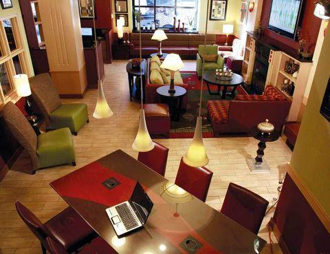 """<p>A los españoles cuando viajamos nos gusta tener una buena ubicación, un desayuno para abordar de la mejor forma el día y wifi gratuito, que nos permita comunicarnos a través de nuestros dispositivos móviles.&nbsp;</p><p>Este hotel neoyorquino cumple estos requisitos, además de haber sido el primer alojamiento que impidió fumar en la Gran Manzana. Reserva una de sus 79 habitaciones (desde 107 euros), y si viajas con un menor de 13 años podrá compartir gratis el cuarto. Su amplio hall con chimenea es perfecto para organizar tu tiempo libre.</p><p><a href=""""http://applecorehotels.com"""" target=""""_blank"""">Broadway @ Times Square.</a> West 46th Street, 129.&nbsp;Nueva York (EE UU).&nbsp;Tel.&nbsp;01 21 22 21 26 00.</p>"""