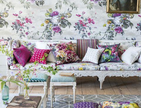 <p>Se despiertan los sentidos con el diseño del papel pintado, mod. <i>Caprifoglio</i> <i>Ecru</i>, 440 €/m, 140 cm ancho, y del lino del sofá, 142 €/m, de Designers Guild en Usera Usera.&nbsp;</p>