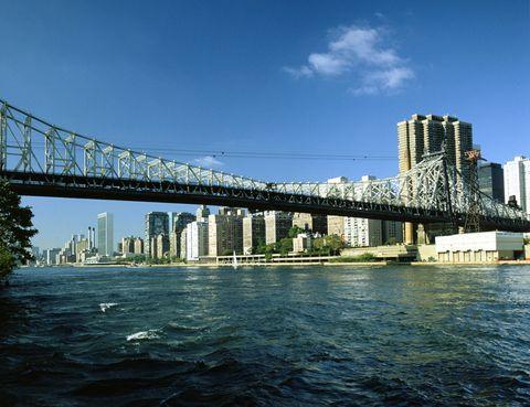 <p>El puente de Queensboro es la vía que conecta las mansiones de Jay Gatsby y Daisy Buchanan con Manhattan. En la película se puede ver a Leonardo Dicaprio conduciendo su coche a toda velocidad por este puente. </p>