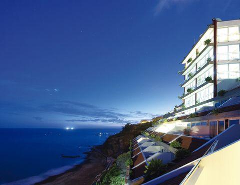"""<p>El hotel <a href=""""http://www.orcapraia.com"""" target=""""_blank"""">Orca Praia</a> se encuentra en la localidad de Funchal, sobre la playa del Arieiro. Sus estancias (desde 65 euros) con balcones hacia el Atlántico son una tentación, tanto como la piscina y el spa.</p><p>Te encantará dar una vueltecita por el océano a bordo de la lancha Dragón Azul, desde la que puedes realizar pesca deportiva o avistar delfines y tortugas. El pasaje por medio día cuesta 50 euros, que se convierten en 90 euros si dispones de toda la jornada.&nbsp;</p>"""