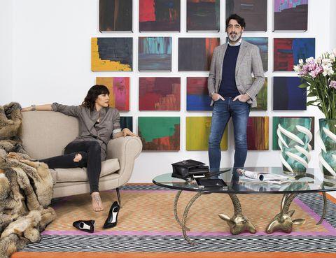 <p>La pareja posa delante de la obra #19, del artista Pedro Calapez, compuesta por 25 paneles en aluminio, pintados en acrílico. Sobre la alfombra de The Rug Company para BSB, sofá italiano de&nbsp;los 50. De 1940 es la mesa de centro americana, con dos cabezas de carnero en bronce. La adornan una pareja de jarrones italianos de 1960 en cristal de Murano tallado y moldeado a mano firmados por Pino Signoretto.</p><p>&nbsp;</p>