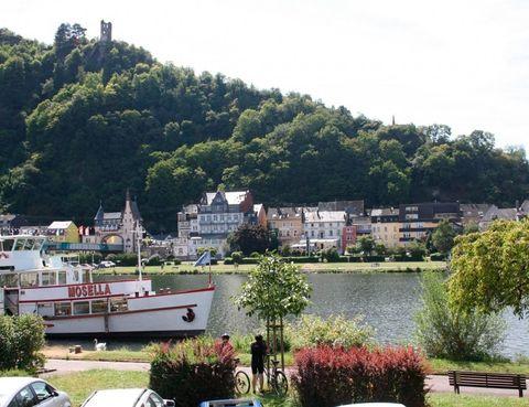 """<p>Damos nuestra primera pedalada en la valle del río Mosela, un afluente del río Rhin que nace en los Vosgos (Francia), pasa por Luxemburgo y llega hasta Alemania, precisamente la zona más bonita. La ruta comienza en la ciudad romana de Trier (Tréveris), considerada la más antigua de Alemania y famosa por su rico patrimonio cultural. Desde aquí partirás siguiendo el curso del río Mosela, quien será tu compañero de viaje durante todo el recorrido hasta llegar a Coblenza, donde confluye con el río Rhin en el conocido """"Deutsches Eck"""" (rincón alemán), bautizado así por los caballeros de la Orden Teutónica y que hoy es Patrimonio de la Humanidad de la UNESCO. El recorrido te llevará a través de una de las regiones vinícolas más populares del mundo, donde destaca la uva tipo Riesling, pasando por bonitos y tranquilos pueblos donde las protagonistas son las típicas casas de madera decoradas con flores y los imponentes castillos.</p><p><strong>Distancia:</strong> 200 km.</p><p><strong>Perfil de la ruta:</strong>Esta ruta por el río Mosela pasa sobre todo carriles para bicicletas, caminos pavimentados, bien señalizada. Hay secciones cortos con poco tráfico. Una ruta muy fácil, ideal para familias con niños, para una condición física normal.</p><p><strong>Más información:</strong> <a href=""""http://www.rutasenbicicleta.net/viajar/ruta-en-bicicleta-por-el-rio-mosela/"""" target=""""_blank"""">Ruta Mosela</a></p>"""