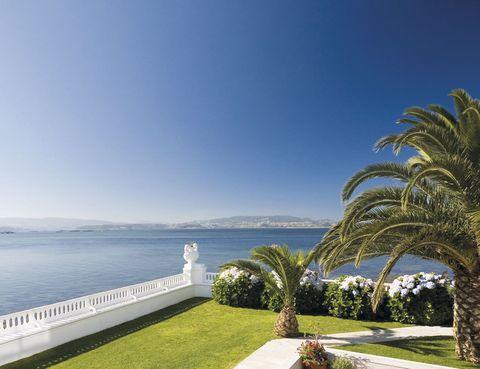 """<p>Con unas vistas envidiables, este hotel presume de tener el primer centro de talasoterapia de Galicia donde disfrutar de tratamientos de belleza con algas, barros y agua marina. Isla de La Toja, tel. 986 73 02 00, <a href=""""http://www.louxolatoja.com/"""" target=""""_blank"""">louxolatoja.com</a>.</p>"""