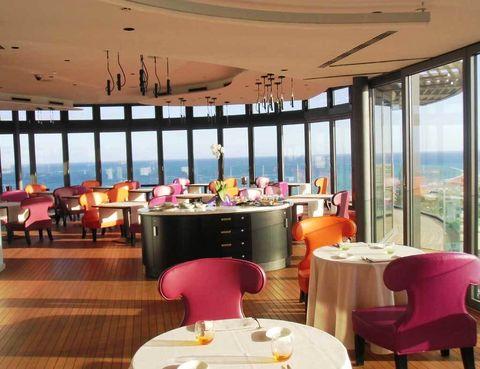 """<p>El jardín de este hotel es tan exuberante que te costará aproximarte hasta la cercana Playa del Inglés para darte un baño. Este oasis es un 5* solo para adultos, así que prima la individualidad y el disfrute de todos los sentidos.</p><p>El estilo contemporáneo y un diseño pensado para vivirlo lo diferencian. Hay detalles como el balcón ambueblado de la habitación (a partir de 143 euros), también un iMac y el Siam Spa. Este espacio trabaja con terapias tailandesas como el masaje Bali (90 euros).</p><p><a href=""""http://bohemia-grancanaria.com"""" target=""""_blank"""">Bohemia Suites.</a> Avda. Estados Unidos, 28. Playa del Inglés (G. Canaria).&nbsp;Tel.&nbsp;928 56 34 00.&nbsp;</p>"""