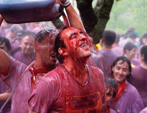 """<p>Como en tantas otras fiestas, la de Haro empezó siendo religiosa –con la romería a los Riscos de Bilibio– y terminó siendo una celebración pagana en toda regla.</p><p>Aquellos bautizos de vino con los que se aceptaba a los fieles, se convirtieron, a finales del siglo XIX, en auténticos remojones vinícolas. Declarada de Interés Turístico Nacional, la <a href=""""http://www.batalladelvino.com"""" target=""""_blank"""">Batalla del Vino</a>&nbsp&#x3B;se celebra cada 29 de junio. Comienza con la llegada a la ermita de la comitiva, comandada por el Regidor Síndico, que va a caballo. Tras la misa, comienza una incruenta batalla en la que se lanza vino con todo tipo de armas –botas, sulfatadoras, &nbsp&#x3B;pistolas de agua…– y que tiene como único objetivo manchar a todos los asistentes. Para terminar, un multitudinario almuerzo campestre a base de caracoles.&nbsp&#x3B;</p>"""