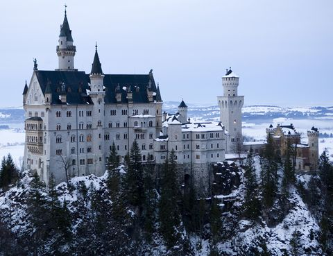 <p>Se encuentra en el desfiladero de Pöllat y fue un encargo del llamado Rey Loco, Luis II de Baviera, en una época en la que los castillos y las fortalezas ya formaban parte del pasado. Su único objetivo al construirlo fue crear un lugar de cuento para su retiro. Y lo consiguió, porque este castillo es uno de los más visitados del país. En temporada alta acuden unas 10.000 personas al día.</p>