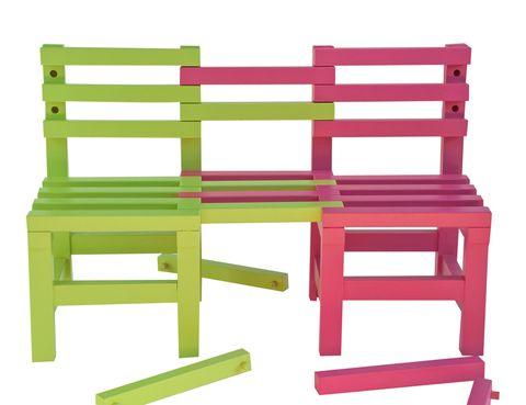<p><i>Little Friend,</i> dos sillas que se hacen asiento para tres.</p>