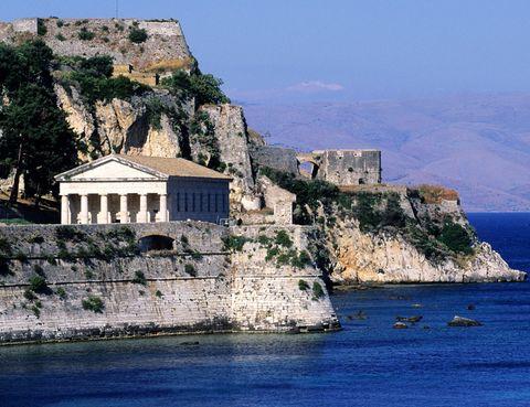 <p>Esta isla griega en la que recaló Ulises durante su viaja a Ítaca es toda una joya. En su acrópolis podrás conocer el Templo de Hera, el monumento de Menécrates o el templo de Artemio. Los momumentos bizantinos como la Basílica de Paleópolis son otro de sus grandes actractivos junto, cómo no, a sus playas. Kerasía, Kouloura, Nisaki, Barbati o Dasiá son sólo algunas de las mejores.</p>