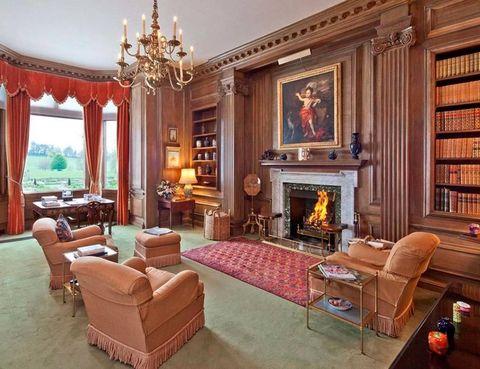 <p>La casa cuenta con varios salones, 2 recibidores y 11 granjas y cabañas en los alrededores.</p>