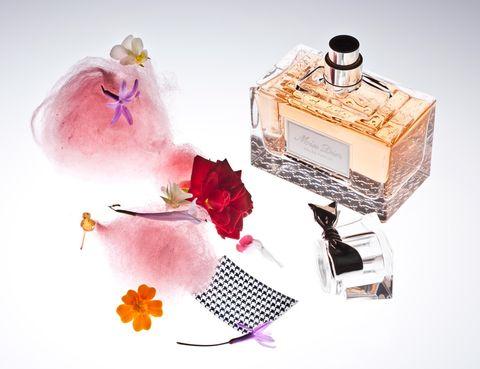 <p>Asociado a la fragancia Miss Dior, Freixa se ha inventado este algodón de azúcar y flores, con papel comestible tejido pata de gallo y esencia Miss Dior.</p>