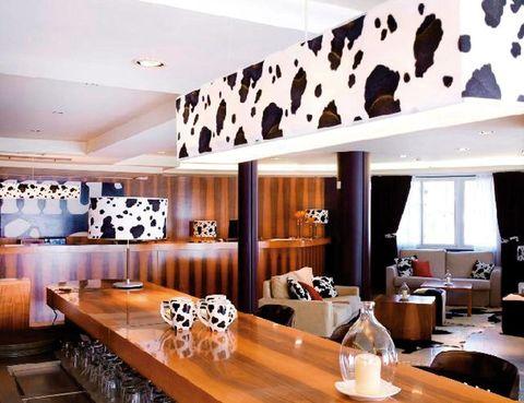 """<p>La originalidad es el punto fuerte de este hotel andorrano, donde las estancias están ambientadas simulando la piel de los vacunos. Es sorprendente su spa, sobre todo el espacio Storvatt, una bañera nórdica exterior ideal para ver las estrellas. El restaurante aporta su punto creativo con una especialidad: las raclettes, perfectas para compartir. A partir de 50 euros.</p><p><a href=""""http://www.plazandorra.com"""" target=""""_blank"""">Mu Hotel</a>. Av. de la Cortinada, s/n. La Cortinada-Ordino. Andorra. Tél. 00 376 74 90 20.&nbsp&#x3B;</p>"""