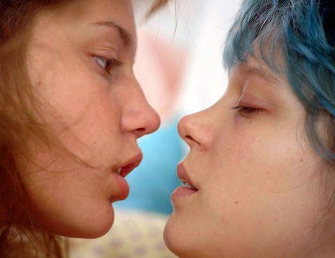 <p>Este fin de semana se estrena en cines <strong>'La vida de Adele'</strong>, la última ganadora de la Palma de Oro en el Festival de Cannes, que llega precedida de inmejorables críticas. Es la historia del despertar sexual de una adolescente, que encuentra su primer amor 'de verdad' con otra chica. Dos avisos: las escenas de sexo han suscitado polémica y la peli dura tres horas. Pero, según casi todos los críticos, merece la pena. Mucho.</p>