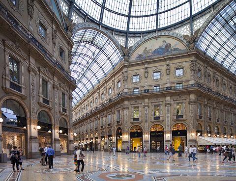 <p>Italia en sí es un país para vivir la moda, pero el centro neurálgico es Milán. Con centros comerciales como la Rinascente o la Galeria Vittorio Emanuele II. El lujo se reúne en el Cuadrilátero de la Moda, formado por Via Montenapoleone, Via Sant'Andrea, Via Manzoni y Via della Spiga. Pero para los bolsillos más asequibles también hay un hueco en la Via Vittorio Emanuele II o en la Via Torino. Si prefieres un outlet, no te pierdas 10 Corso Como y Dmagazine.</p>