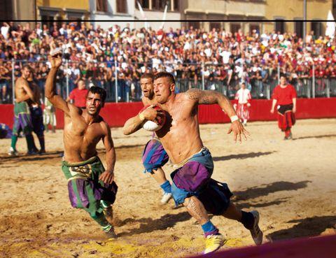 """<p>La Piazza Santa Croce florentina es la cuna de esta primitiva forma de fútbol, cuyas reglas se publicaron en 1580. Parecido al <i>harpastum</i> de la Antigua Roma&nbsp&#x3B;–un violento juego para entrenar a legionarios en el que lo único prohibido era matar–, el <a href=""""http://www.calciostoricofiorentino.it"""" target=""""_blank"""">calcio fiorentino</a> se juega con dos equipos de 27 jugadores, de los que 4 son porteros. La aristocracia y la jerarquía eclesiástica, que practicaban calcio entre la epifanía y la cuaresma –papas como Clemente VII o León XI fueron grandes jugadores–, popularizaron este deporte que, en la actualidad, sólo se juega a fines de junio y permite el uso de manos y pies.</p>"""