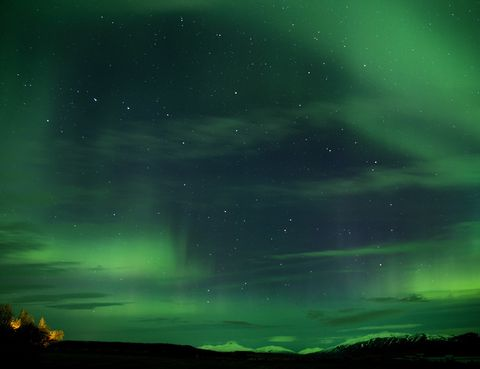 <p>Son un espectáculo de la naturaleza que te dejará sin palabras. Si quieres contemplarla la mejor zona a la que puedes ir es el norte de Noruega. Las posibilidades son mayores entre el equinoccio de otoño y el de primavera (21 de septiembre al 21 de marzo), siendo más frecuente a finales de otoño e invierno. Más concretamente, los mejores meses para verla son octubre, febrero y marzo entre las 6 de la tarde y la 1 de la madrugada. Aunque las condiciones meteorológicas también pueden influir.</p>
