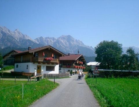 """<p>Decir que en la siguiente ruta está la montaña más alta de Austria asustaría a cualquiera, pero no hace falta haberse preparado el Tour ni ser una loca del spinning para afrontarla, sobre todo si se hace con tiempo. Nos vamos al Parque Nacional Hohe Tauern, uno de los mayores de Centroeuropa y """"hogar"""" del Großglockner, la pico más alto de Austria. Además, ahí podremos disfrutar de espectaculares glaciares y las imponentes cataratas de Krimml, con una caída de 380 metros. Los ríos Salzach y el Saalach serán nuestros compañeros a lo largo de la ruta. El carril desde Krimml hasta Salzburgo discurre por una zona que apenas tiene dificultades, y la diversidad natural de este recorrido no le dejará de sorprender siendo apta para toda la familia. Limita con Kärnten, el Tirol o Salzburgo, una ciudad que merece la pena visitar escuchando al local Wolfgang Amadeus Mozart o entonando el famoso 'Do, re, mi' de 'Sonrisas y Lágrimas', ya que la acción de la película transcurre en esta preciosa ciudad austriaca.</p><p><strong>Distancia:</strong> 170 km.</p><p><strong>Perfil de la ruta:</strong> Una ruta bien señalizada por carriles para bicicleta bien asfaltados y caminos secundarios bien pavimentados que permite ir con toda la familia.</p><p><strong>Más información:</strong> <a href=""""http://www.rutasenbicicleta.net/viajar/ruta-en-bicicleta-krimml-a-salzburgo-por-el-parque-nacional-de-tauern/"""" target=""""_blank"""">Ruta Austria</a></p>"""