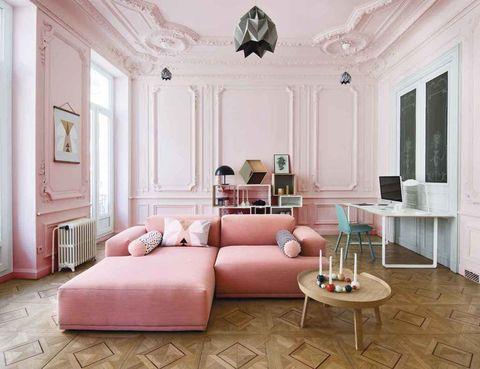 <p>Katja y Benjamin Bonneville, propietarios de la boutique &quot;Good&quot; de Marsella, son la prueba del éxito de lanzarse sin miedo al rosa chicle. Las paredes y molduras endulzadas en un tono empolvado, el Middelton pink, de Farrow &amp; Ball, a juego con el sofá Connect, de Muuto, contrastan con las líneas geométricas de los muebles escandinavos de la librería Stacked y la mesa de centro <i>Around</i>, y la silla Nerd, también de Muuto. La lámpara <i>Baby Dome</i>, de Mater. ¡Súper sweet!&nbsp;</p><p> <strong>MEZCLAS QUE FUNCIONAN</strong><br /> <strong>• Curvas y rectas</strong>. El rosa cuarzo, y en cualquier versión, polvo, chicle, fucsia... se lleva genial con las líneas puras del estilo nórdico o industrial.<br /> <strong>• Los empolvados.</strong> También triunfan si los casas con alguna pieza antigua o mid century. El retro y el vintage son sus mejores y más fieles amigos.<br /><strong>• Madera natural</strong>. Este material noble, que nunca se fue, vuelve con una fuerza inusitada en sus acabados más naturales. Di adiós al barniz.&nbsp;</p><p>&nbsp;</p>