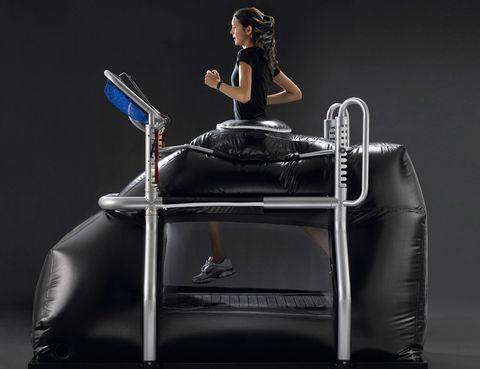 """<p><strong>¿Te da rabia no poder correr por una lesión o por sobrepeso?</strong> Ya no tienes que privarte de este ejercicio cardiovascular ni de las sensaciones que te proporciona. Con tecnología de la NASA, <strong>la Alter-G Alter G es la nueva máquina que &nbsp;Reebok Sports Madrid tiene para los que deseen correr sin tener que """"cargar el 100%</strong> de su peso. ¿Cómo funciona? Un entrenador personal te ayudará a colocarte en las """"fundas pantalones"""" de neopreno que lleva, para <strong>unirte a la máquina herméticamente con una cremallera</strong>. Quema extra de calorías. Con la Alter G podrás correr hasta una velocidad de 13 ó más sin subir demasiado las pulsaciones, lo que te llevarña a romper a sudar en seguida y a hacer un ejercicio muy potente, produciendo una quema de calorías inmediata. <strong>Dónde.</strong> En Reebok Sport Madrid. <a href=""""http://www.reebokclub.com"""" target=""""_blank"""">reebokclub.com</a>.</p><p>&nbsp;</p>"""