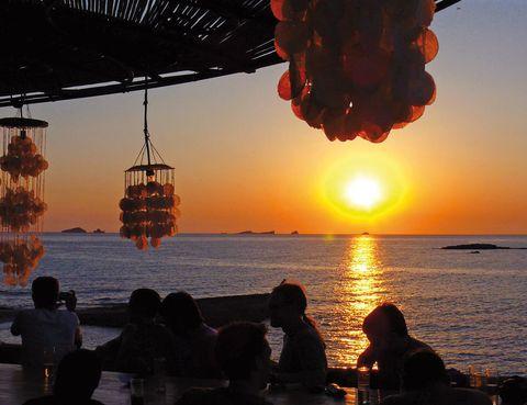 """<p> <strong>Cala Conta (<a href=""""http://www.ibiza.travel"""" target=""""_blank"""">Ibiza</a>)</strong><br />Es una zona de playa conformada por tres calas con un acceso algo complicado, pero merecerá la pena el esfuerzoparaver cómo cae el sol mientras escuchas la música en directo de alguno de sus chiringuitos. Si te animas a llevar tu propia nevera la experiencia te resultará gratis. También puedes acudir a otros puntos de la isla pitiusaparaver el ocaso del sol, como la playa de Benirrás o el Parque Natural de Ses Salines.</p>"""