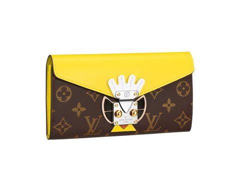 """<p>Atrevida y llena de color como ella, la billetera '<a href=""""http://es.louisvuitton.com/esp-es/productos/tribal-mask-sarah-wallet-monogram-009125"""" target=""""_blank"""">Sarah</a>' (890 €) de la colección '<strong>Tribal Mask</strong>' de<strong> Louis Vuitton&nbsp;</strong>es el capricho perfecto para introducir en nuestra 'Christmas list'. Forrada con piel de becerro y adornada con piezas metálicas de latón dorado, los diferentes compartimentos y amplitud de su interior la convierten en un objeto de deseo útil y funcional. Consíguela en <a href=""""http://es.louisvuitton.com/esp-es/productos/tribal-mask-sarah-wallet-monogram-009125"""" target=""""_blank"""">www.louisvuitton.com</a>.</p>"""