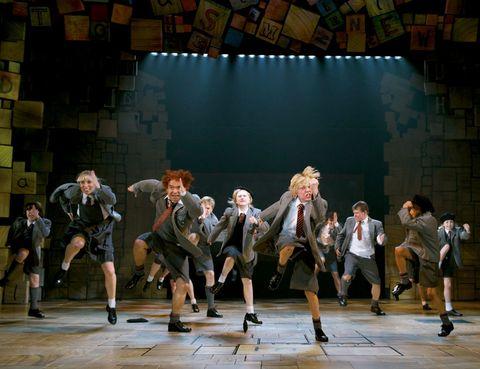 """<p> Los <a href=""""http://www.londontheatre.co.uk"""" target=""""_blank"""">musicales</a> tienen su meca europea en Londres. Te invitamos a ver la función de <i>Matilda,</i> dicen que es uno de los mejores shows de la década, aunque la oferta es inmensa. Elige entre clásicos, como <i>Los Miserables</i> (Queen's Theatre), u obras narradas con los mejores temas de grandes bandas de música, es el caso de <i>Let it Be</i> (Savoy) o <i>The Commitments</i> (Palace). También se representan versiones de películas como <i>El Guardaespaldas</i> (Adelphi), <i>Billy Elliot</i> (Victoria Palace) y <i>Dirty Dancing</i>(Picadilly).<br /><strong>• Lugar: <a href=""""http://www.reallyusefultheatres.co.uk"""" target=""""_blank"""">Cambridge Theatre</a> (Earlham Street).</strong></p><p><strong>• Fecha: Hasta diciembre de 2014.</strong></p>"""