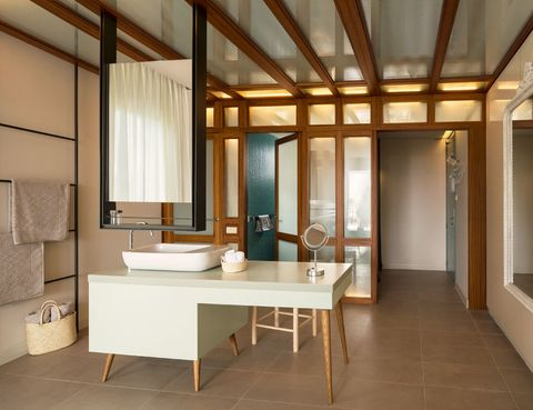 <p>En esta suite, un mueble-tocador, creado por ILV+Asociados, acoge el lavabo. Encima, un original espejo suspendido de doble cara. </p>