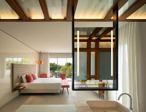 <p>Ésta es una de las 20 suites del hotel. Con 41 m2, destaca por el elegante mobiliario, diseño de ILV+Asociados, y la cálida iluminación, con lámparas de Marset, Difusiona y Tunds.</p>
