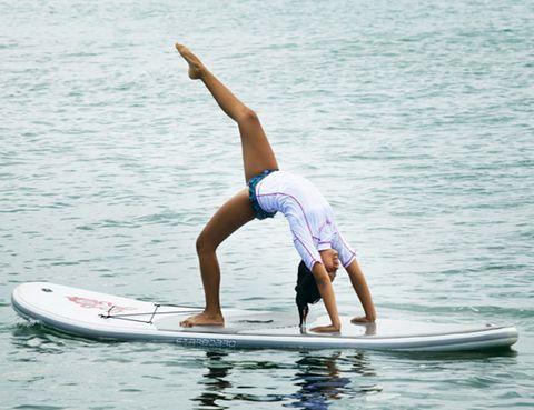 <p>Practicando una disciplina 2 en 1 o incluso 3 en 1 conseguirás <strong>todos los beneficios de un entrenamiento completo en la mitad de tiempo</strong>. Este tipo de programas de fitness te permitirán hacer en una sola sesión ejercicio cardiovascular, de fuerza, flexibilidad, corrección postural… lo que te hará <strong>quemar calorías, mejorar tu forma física, tonificar tus músculos, moldear tu cuerpo</strong>, aumentar tu nivel de energía y pasártelo genial haciendo &nbsp;ejercicio. Además, te permitirán probar diferentes tipos de entrenamiento, deportes y disciplinas sin tener que invertir mucho tiempo: <strong>yoga, spinning, entrenamiento interválico, paddle surf, step, baile, pilates, boxeo…</strong> ¡Descubre todas las combinaciones que existen!</p><p>&nbsp;</p>