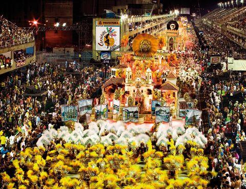 <p>Es el mayor espectáculo del mundo, y así lo festejan cada año cientos de miles de personas. El carnaval es a Río de Janeiro lo que el fútbol a Brasil.</p><p>La catedral de esta liturgia es el sambódromo, diseñado por el arquitecto Oscar Niemeyer hace ahora 20 años. Más de 75.000 espectadores viven el fervor pagano, mientras observan los desfiles de las escuelas de samba y sus soberbias carrozas, llenas de colorido. Es un evento embriagador, en el que la sensualidad reina y todos los sentidos disparan sus percepciones.</p><p>El show se prolonga durante 12 horas, pero no te preocupes, porque en el recinto hay chiringuitos de todo tipo para sobrevivir a esta maratón. Aunque se abren las puertas alrededor de las 17 h, el máximo apogeo se vive en torno a las 22 horas.</p><p> • Lugar: Sambódromo del Marquês de Sapucaí<br />(Avda. Presidente Vargas, s/n).</p><p>• Fecha: Del 27 de febrero al 8 de marzo.</p>